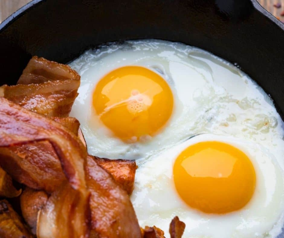 making sunny side up eggs with bacon grease